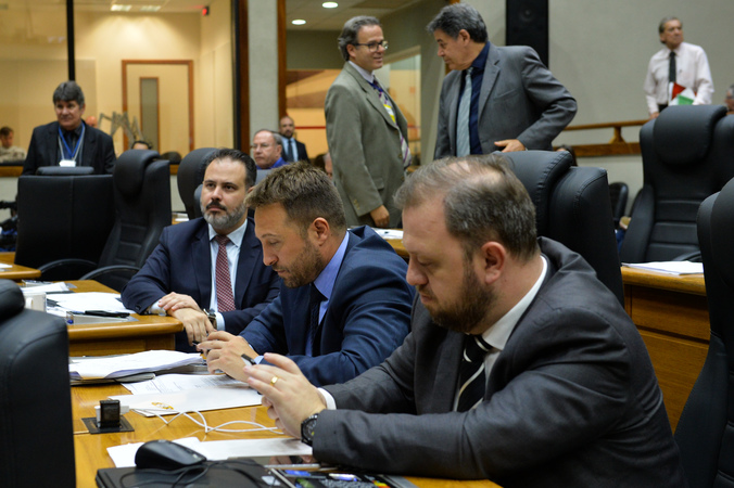 Movimentação de plenário. Na foto, vereadores André Carús, Mendes Ribeiro e Ricardo Gomes.
