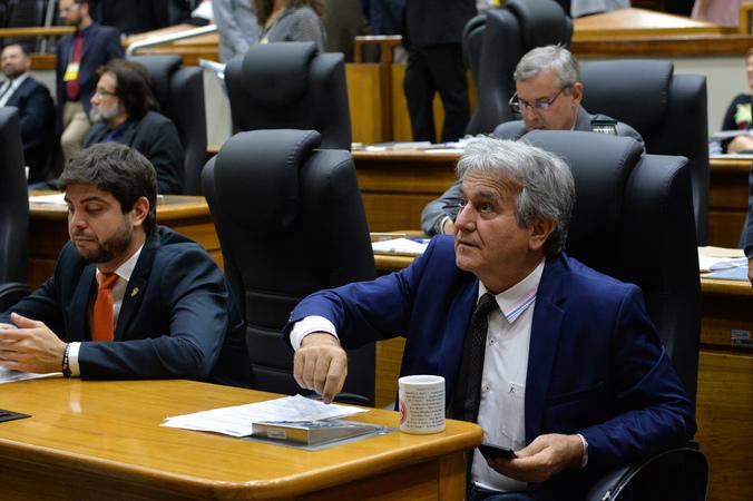 Movimentação de plenário. Na foto, vereadores Felipe Camozzato, Mauro Pinheiro e Nelcir Tessaro.