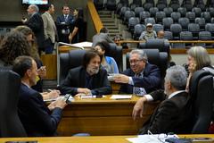 Movimentação de plenário. Na foto, vereadores Marcelo Sgarbossa, Aldacir Oliboni, Adeli Sell e Engenheiro Comassetto.
