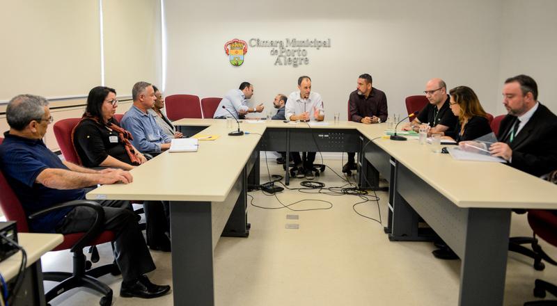 Comissão debate a regularização da praça na Vila Davi Canabarro. Na foto, o vereador Marcelo Sgarbossa coordena a reunião.