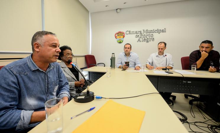 Comissão debate a regularização da praça na Vila Davi Canabarro. Ao microfone, o Sr. Gelson Paulo, representando a Vila Davi Canabarro.