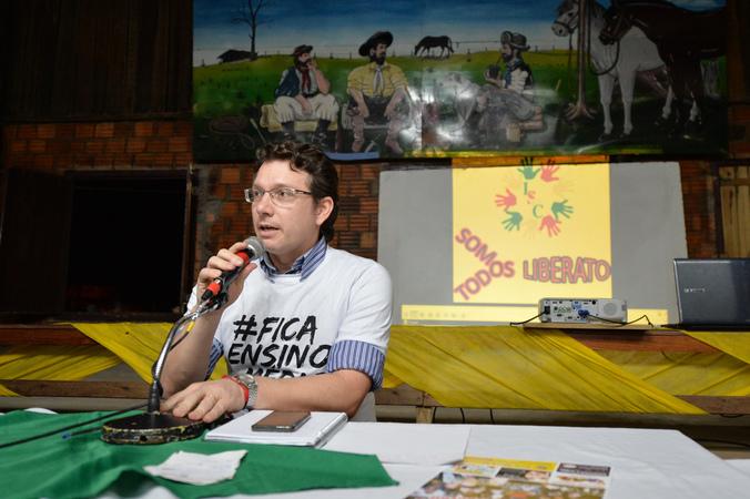 Reunião Pública no bairro Sarandi para tratar sobre o fechamento de ensino médio e técnico da Emeb. Liberato Salzano Vieira da Cunha. Na foto, vereador Professor Alex Fraga