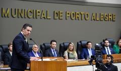 Sessão Solene de Outorga do Título de Cidadão Emérito de Porto Alegre ao Senhor Vice-Presidente da República, General do Exército Antônio Hamilton Martins Mourão. Na tribuna, o vereador Valter Nagelstein.