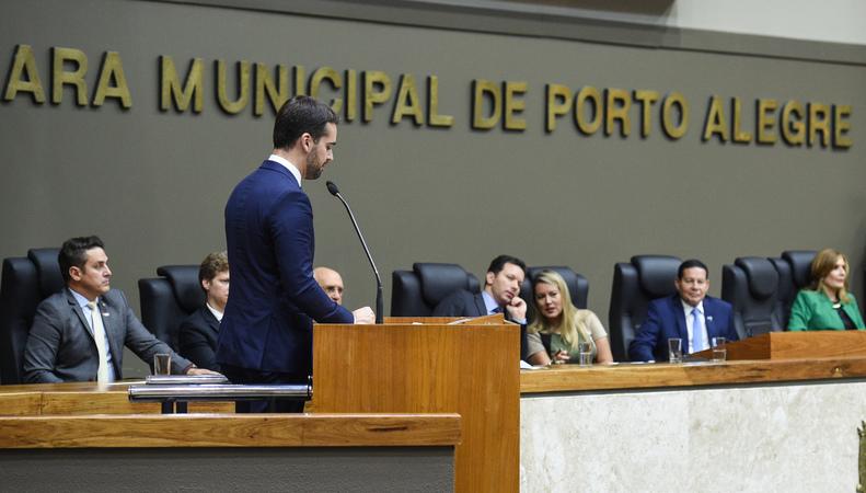 Sessão Solene de Outorga do Título de Cidadão Emérito de Porto Alegre ao Senhor Vice-Presidente da República, General do Exército Antônio Hamilton Martins Mourão. Na tribuna, o Governador Eduardo Leite.