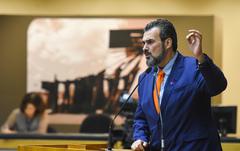 Vereador Janta na tribuna do Plenário Otávio Rocha