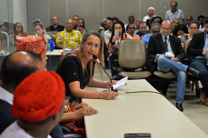 Definição de medidas cabíveis em relação a casa da Mãe Sandra de Bará, Vila Cristal. Ao microfone, a representante do IAB-RS, Cláudia Fávaro.