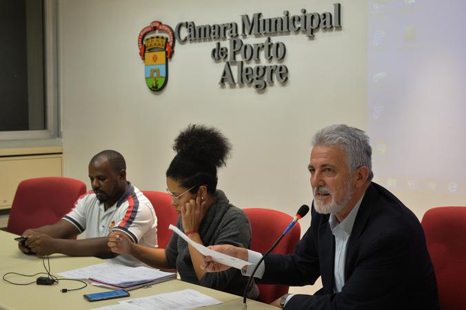 Definição de medidas cabíveis em relação a casa da Mãe Sandra de Bará, Vila Cristal. Ao microfone, vereador Engenheiro Comassetto.