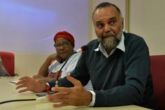 Definição de medidas cabíveis em relação a casa da Mãe Sandra de Bará, Vila Cristal. Ao microfone, o assessor jurídico da Frente Quilombola - RS, Onir de Araújo.