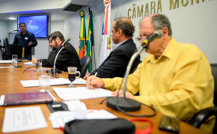 Comissão se reúne para debater as  condições das estradas e vias da região extremo sul de Porto Alegre. Na tribuna, Francisco de Assis representando a comunidade da Zona Sul.