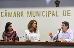 """palestra sobre Educação Domiciliar """"Homeschooling"""".  Na foto, da esq.: professora da FE/Unicamp, Luciana Muniz Ribeiro Barbosa (palestrante); professora Iana Gomes de Lima, vereador Cassiá Carpes"""
