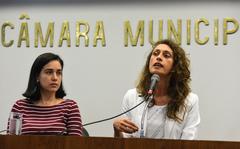 """palestra sobre Educação Domiciliar """"Homeschooling"""".  Na foto, da esq.: professora da FE/Unicamp, Luciana Muniz Ribeiro Barbosa (palestrante); professora Iana Gomes de Lima"""