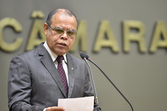 Alberto Terres, Diretor do SIMPA, discursa na tribuna e pede abertura de negociações com a prefeitura pela data basa.  Municiparios pedem reposição salarial.
