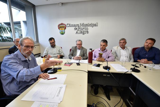 Comissão debate o cumprimento da Lei Geral dos Táxis em Porto Alegre. Ao microfone, Arthur Wagner, representante da Aspertaxi.
