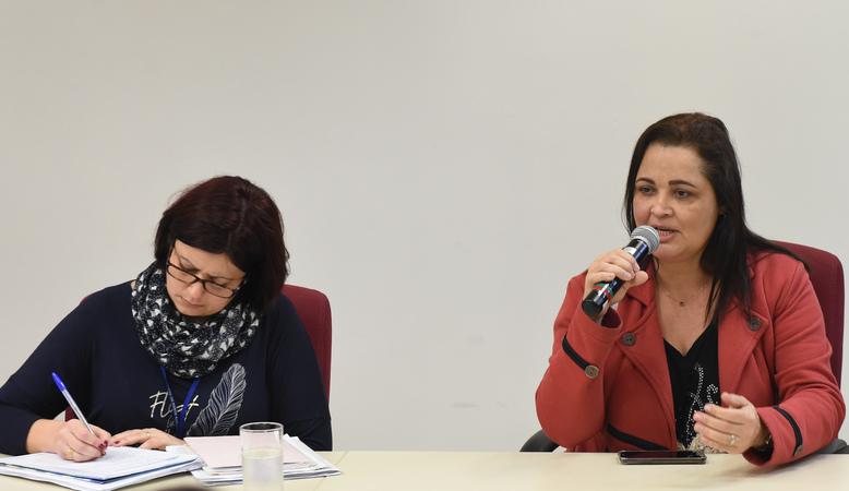 Suspensão dos vales assistenciais a estudantes com necessidades especiais. Na foto, representante da Smed, Cláudia Amaral e professora da escola Villa Lobos, Cátia Ribas.