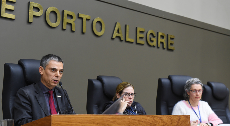 Movimentações em Plenário. Na foto: vereador Cássio Trogildo e secretárias da CCJ