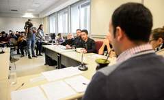 Comissão debate o acolhimento da população LGBTI dentro das políticas públicas. Ao microfone, Maurício Polidoro, representando o IFRS.