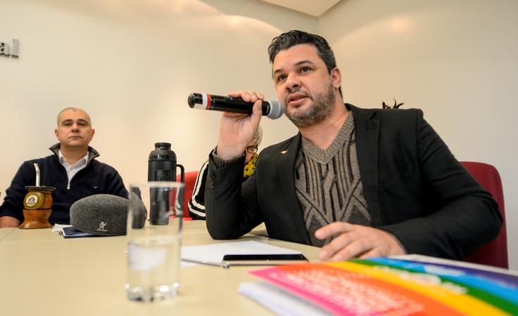 Comissão debate o acolhimento da população LGBTI dentro das políticas públicas. Ao microfone, Daniel Santos, Coordenador da Diversidade da PMPA.