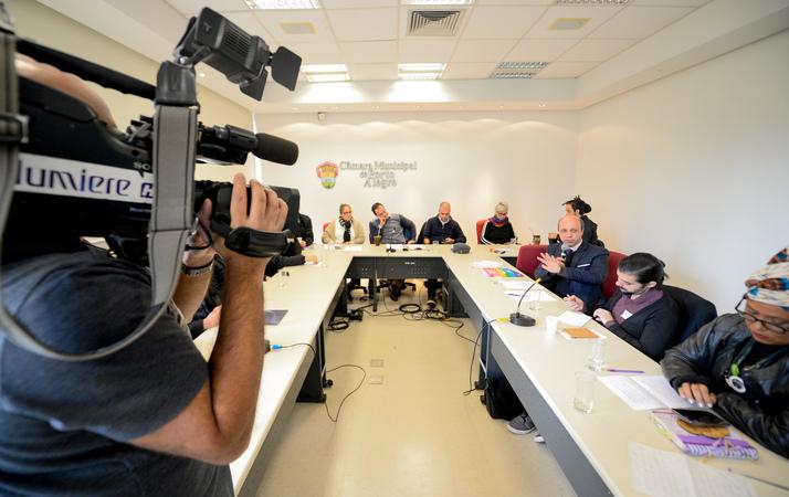 Comissão debate o acolhimento da população LGBTI dentro das políticas públicas. Ao microfone, Leandro Balardin, representando a SMDE.