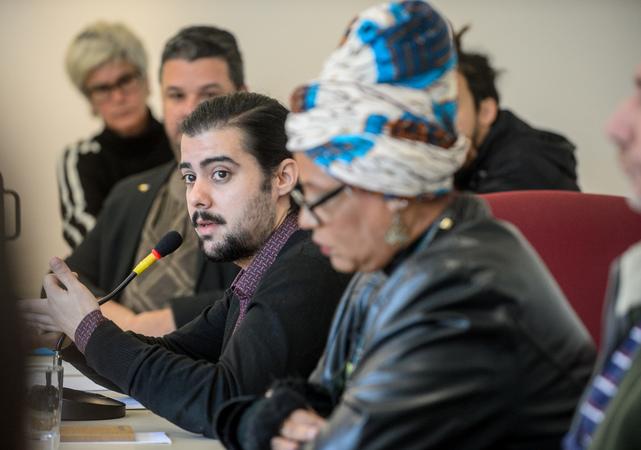 Comissão debate o acolhimento da população LGBTI dentro das políticas públicas. Ao microfone, Caio Klein representando a organização Igualdade.