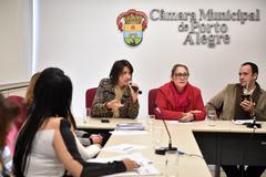 Comissão se reúne para debater o Feminicídio. Na foto, ao microfone, Secretária de Desenvolvimento Social e Esporte Comandante Nádia, a vereadora Lourdes Sprenger e o vereador Moisés Barboza.