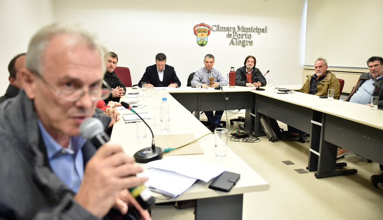 Reunião de Instalação da Comissão Especial para discutir a regulamentação das feiras orgânicas no município de Porto Alegre. Ao microfone, representando a SMDE, Oscar Luiz Pellicioli.