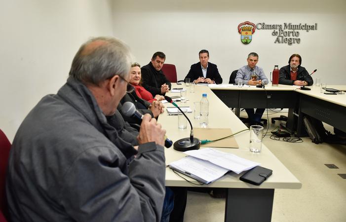 Reunião de Instalação da Comissão Especial para discutir a regulamentação das feiras orgânicas no município de Porto Alegre. Ao microfone, representando a SMDE, Oscar Luiz Pellicioli. Ao fundo, os vereadores Valter Nagelstein, Cassio Trogildo e Aldacir Oliboni.