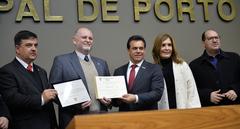 Reginaldo Gilli, entre José Freitas (PTB) e Alvoni Medina (PRB), ao receber o diploma em homenagem à emissora
