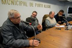 Comissão debate alagamentos no Bairro Cavalhada. Na foto, ao microfone, o Sr. Antônio Fonseca representando a comunidade. Ao lado, os vereadores Roberto Robaina, Dr. Goulart e Cláudio Conceição.