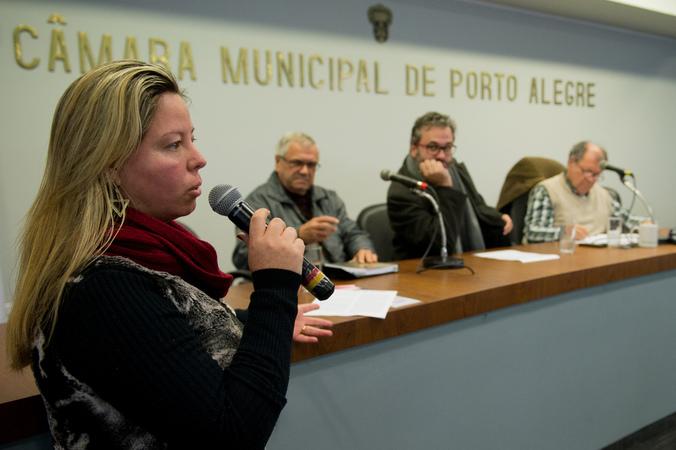 Comissão debate alagamentos no Bairro Cavalhada. Na foto, ao microfone, a Sra. Elisamar Rodrigues, representando a comunidade. Ao lado, os vereadores Roberto Robaina, Dr. Goulart e Cláudio Conceição.