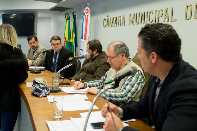 Comissão discute o Processo licitatório da CARRIS. Ao microfone, o procurador do órgão, Leonardo Marques. Ao lado, outro representante da Carris, o Sr. Marcos Vinícius, e os vereadores Dr. Goulart e Valter Nagelstein.