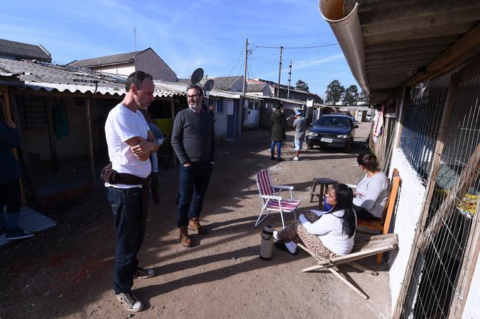"Vereadores visitam casa de passagem conhecida como ""Carandiru"", situada no bairro Navegantes. Na foto, vereadores Marcelo Sgarbossa e Roberto Robaina com moradores"