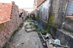 """Vereadores visitam casa de passagem conhecida como """"Carandiru"""", situada no bairro Navegantes."""
