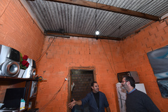 "Vereadores visitam casa de passagem conhecida como ""Carandiru"", situada no bairro Navegantes. na foto, vereador Roberto Robaina e morador da localidade"