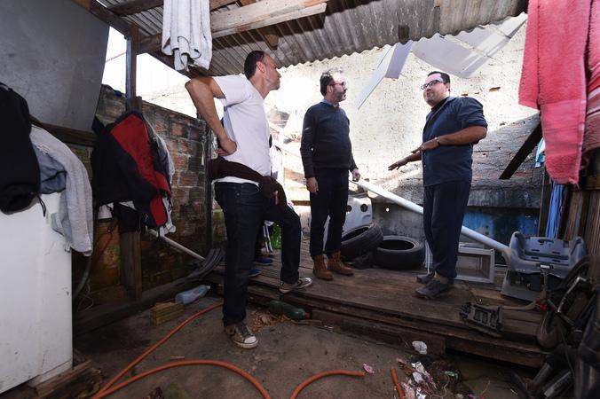"Vereadores visitam casa de passagem conhecida como ""Carandiru"", situada no bairro Navegantes. Na foto, vereadores Roberto Robaina e Marcelo Sgarbossa e morador da localidade"