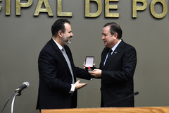 Vereador Ricardo Gomes e Eduardo Estima, na homenagem promovida pela Câmara Municipal