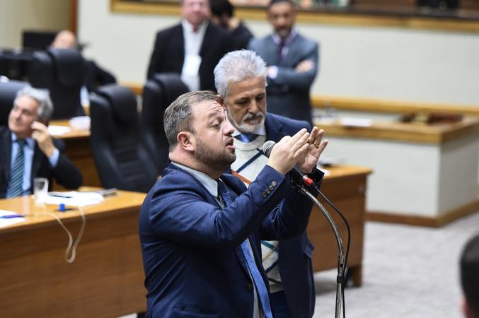 Movimentação de plenário. Na foto, vereador André Carús no microfone de apartes