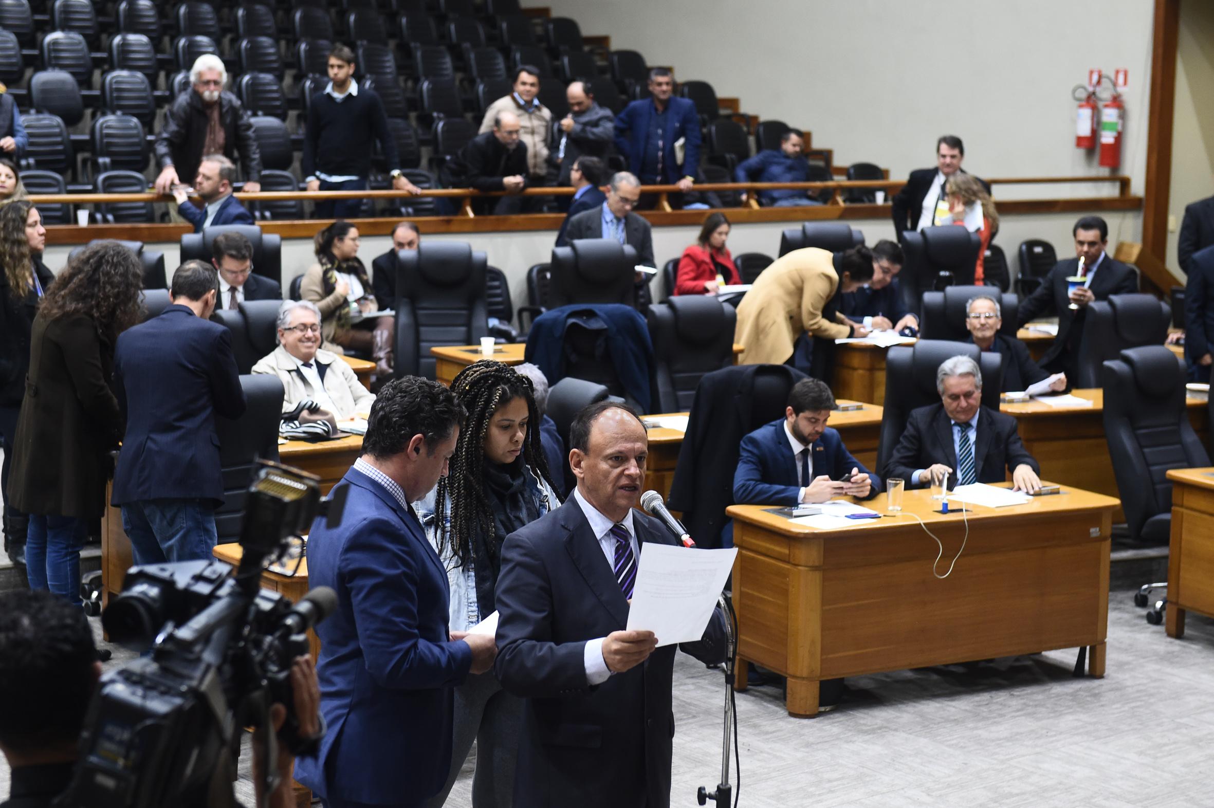Vereador João Bosco Vaz, no microfone de apartes, no Plenário Otávio Rocha