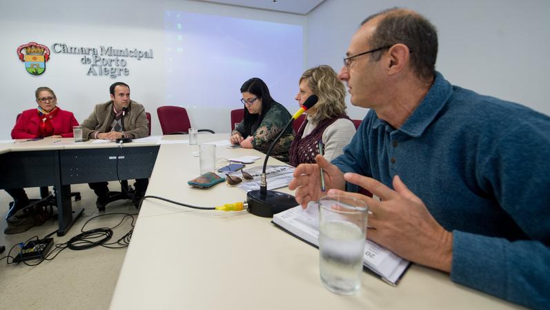 Comissão debate o crescimento dos índices de HIV. Ao microfone, Luiz Lunardi, representando a Fonte Colombo. Ao fundo, o vereador Moisés Barboza e a vereadora Lourdes Sprenger.