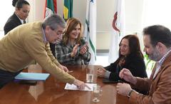 Assinatura do Termo de posse da vereadora Claudia Araujo do PSD.