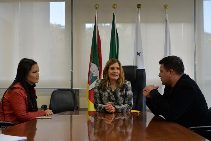 Presidente da Câmara Mônica Leal recebe os músicos da Orquestra Sopros em Concerto Ana Carolina Bueno e Darian Weber. (Foto: Débora Ercolani/CMPA)