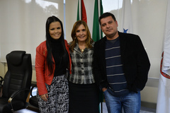 Presidente da Câmara Mônica Leal recebe os músicos da Orquestra Sopros em Concerto Ana Carolina Bueno e Darian Weber.