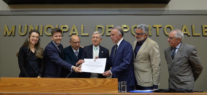 Nedel (c) e Sommer Pereira (à direita, de terno azul) na entrega do título