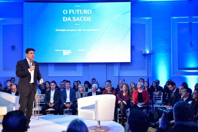 """Presidente Mônica Leal participa do seminário """"O Futuro da Saúde"""". Na foto, ao microfone, o CEO da instituição Hospital Moinhos de Vento, Mohamed Parrini."""