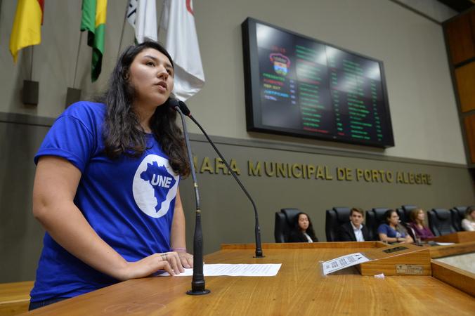 Homenagem aos Estudante e em Defesa da Educação. Na foto, vice-presidente da União Nacional dos Estudantes do RS, Gabriela Silveira.