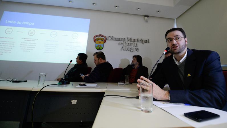 Comissão debate a remuneração dos Agentes Comunitários da Saúde e suas atribuições funcionais. Ao microfone, o Secretário Municipal da Saúde, Pablo Stürmer.