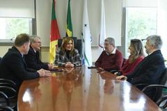 Mônica Leal (c) recebeu representantes dos procuradores nesta terça