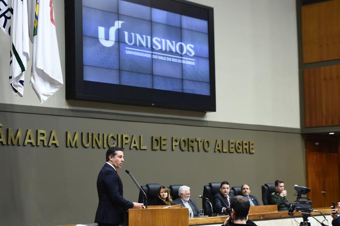 Sessão Solene de outorga da Comenda Porto do Sol à Universidade do Vale do Rio dos Sinos - Unisinos. Na foto, vereador Valter Nagelstein, proponente