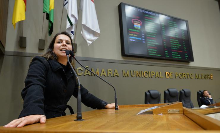Movimentação de plenário. Na foto, vereadora Fernanda Machado.