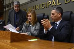 Vereadora Mônica Leal (c) promulgou lei apresentada pelo vereador Cássio Trogildo (d)