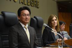 Kondo, Mônica Leal e Hiwatashi durante a homenagem na Câmara Municipal